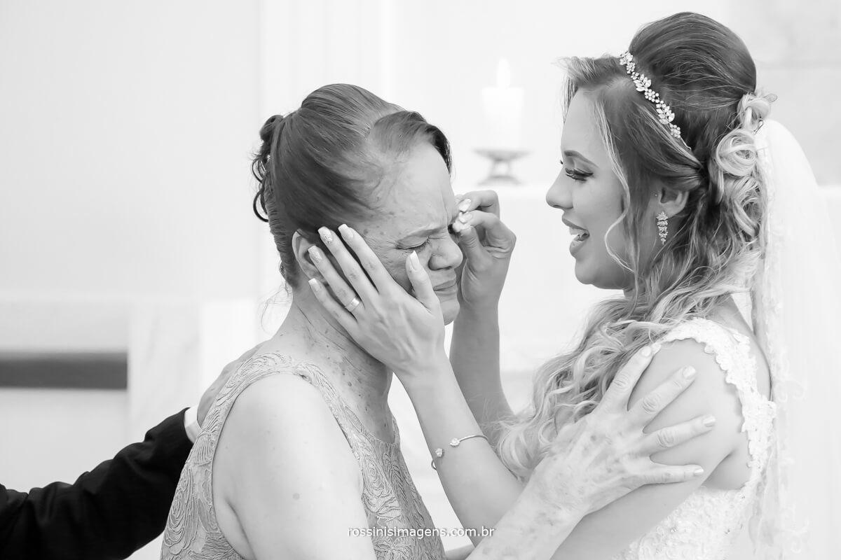 fotografia de casamento detalhes, mãe e filha, comprimentos no altar emoção
