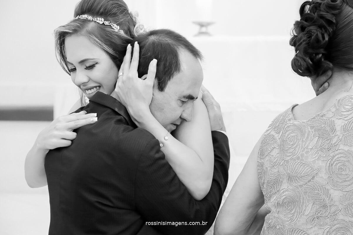 fotografia de comprimentos no altar noiva e pai, pai e filha