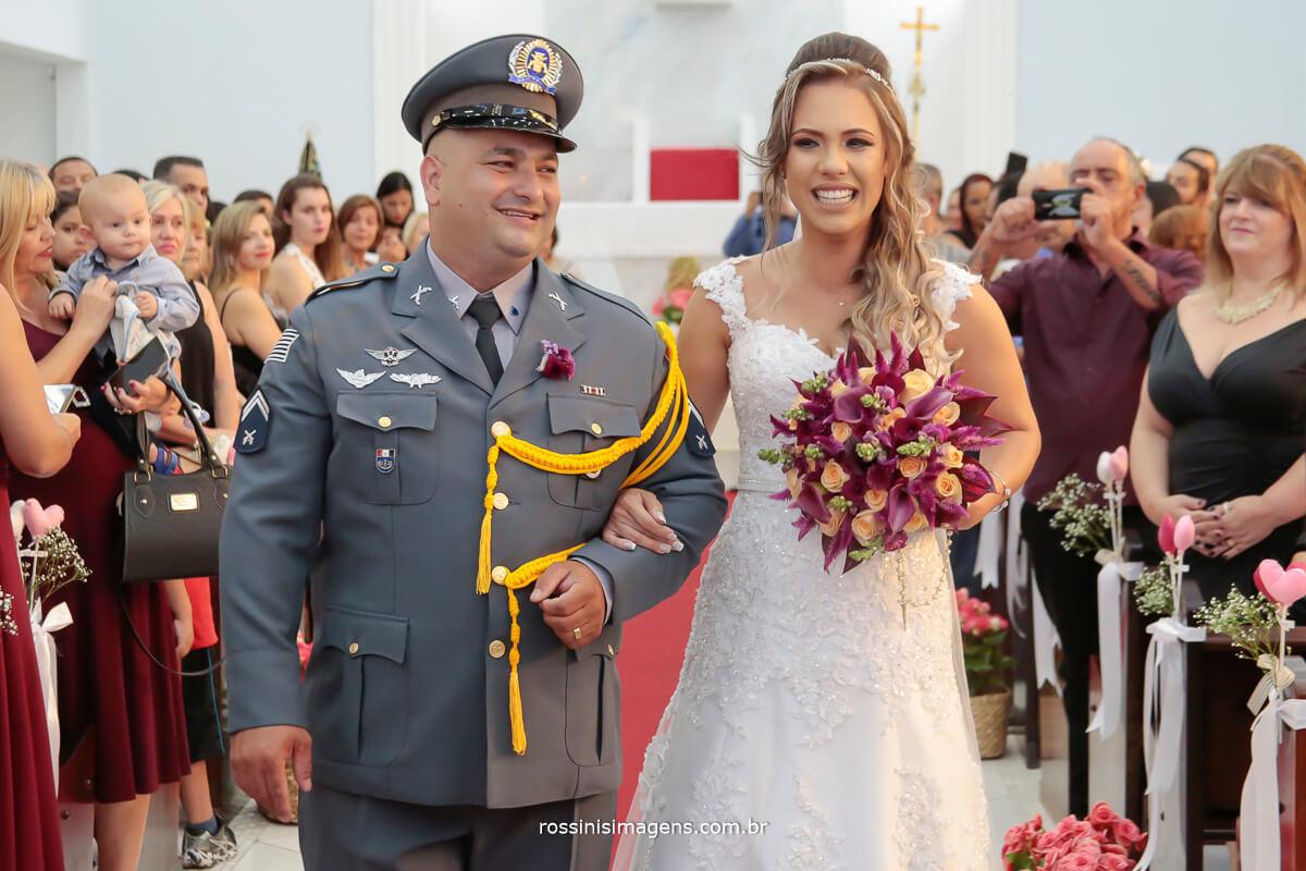 noivos animados, casamento feliz saída dos recém casados
