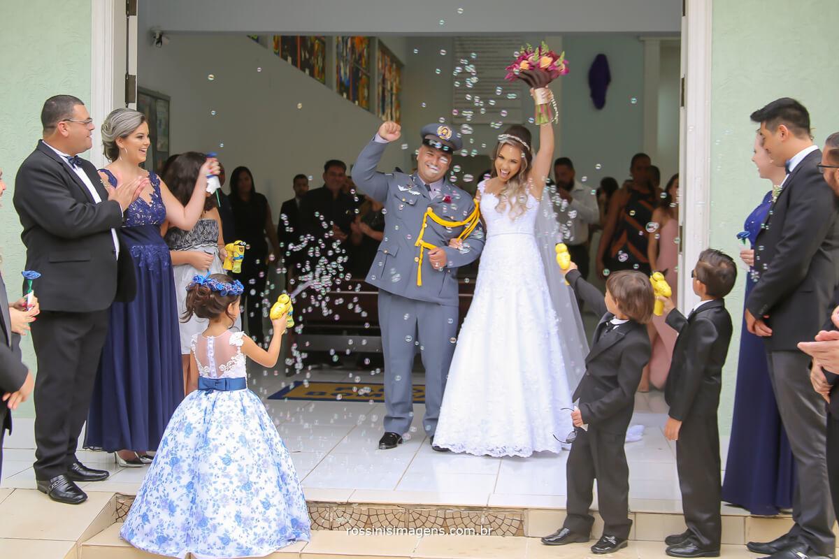animação saída dos noivos na igreja bem agitado, com bolinha de sabão
