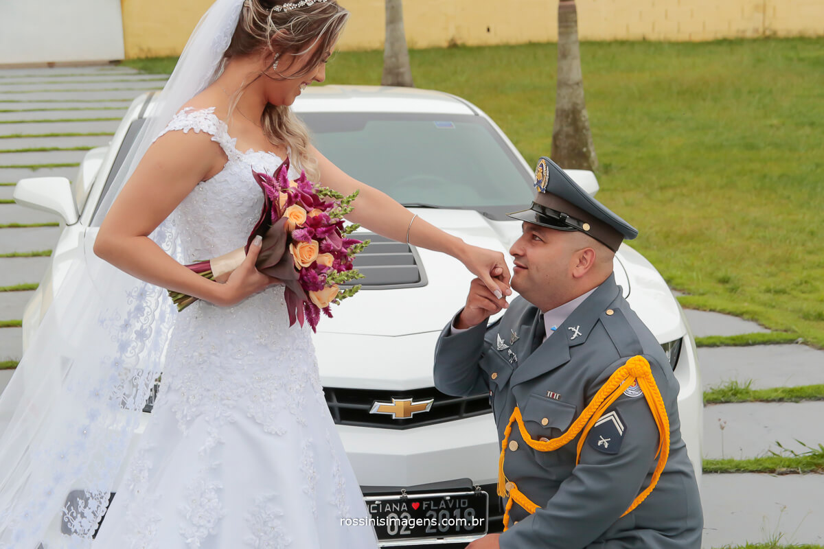sessão de fotos dos noivos, Luciana e Flavio e ao fundo o carro camaro branco