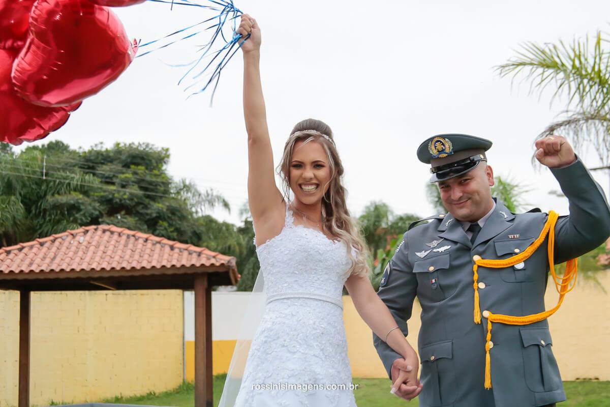 sessão de fotos, ensaio com os recém casados, noiva com vários baloes de coração metalizado e o noivo militar comemorando muito essa conquista