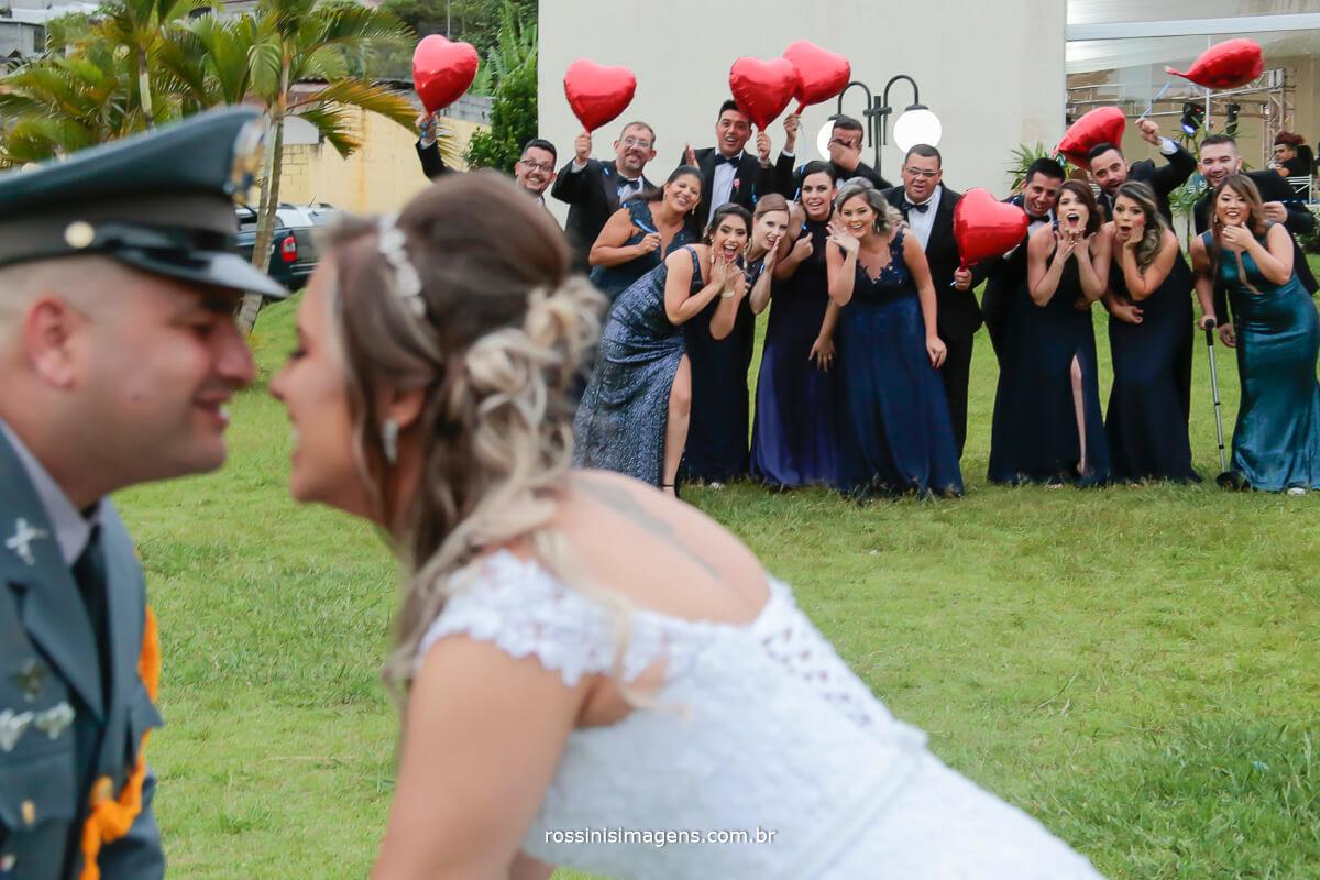 fotografia de casamento noivos e todos os padrinhos ao fundo muito legal essa foto, baloes de coração, militar, casamento, padrinhos, rossinis imagens , noivos que fazem a diferença, inspiração
