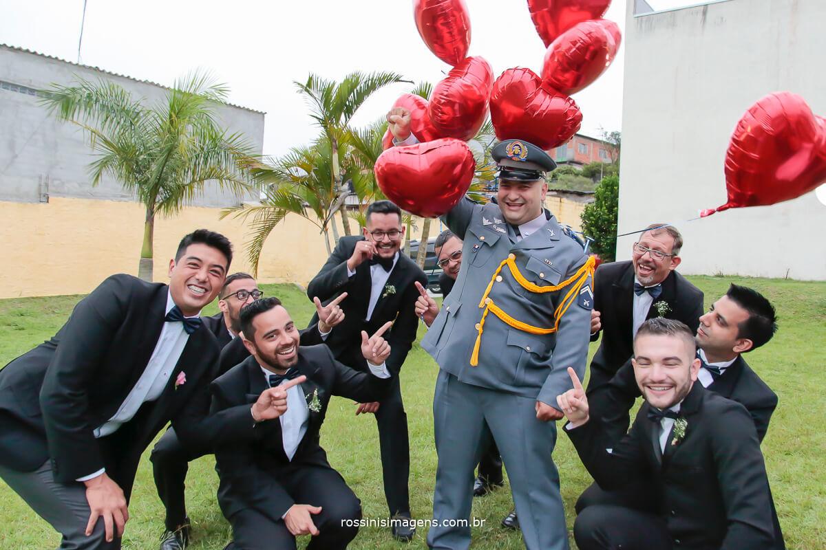 padrinhos brincando com o noivo, casamento divertido, diferente, feliz animado