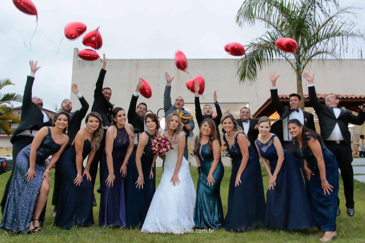 animação e felicidade na fotografia coletiva com os casais de padrinhos do casamento felicidades, soltando os baloes