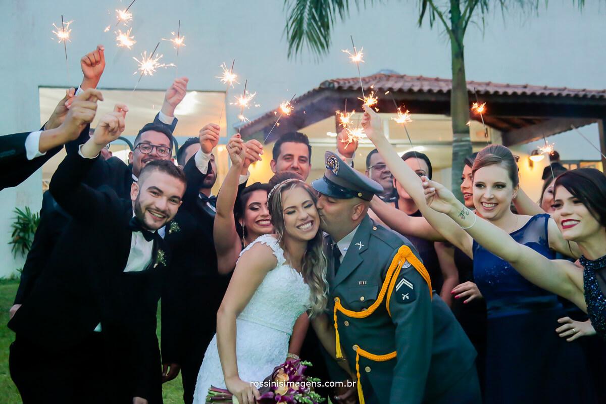 fotografia de casamento padrinhos com sparks , fotografia diferente , foto criativa de casamento noivos que fazem a diferença