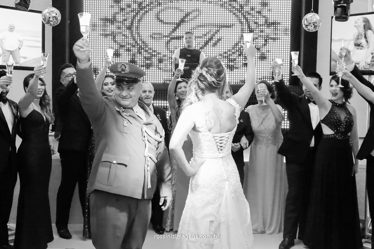 recepção dos noivos na festa com brinde dos padrinhos na pista de dança muita animação