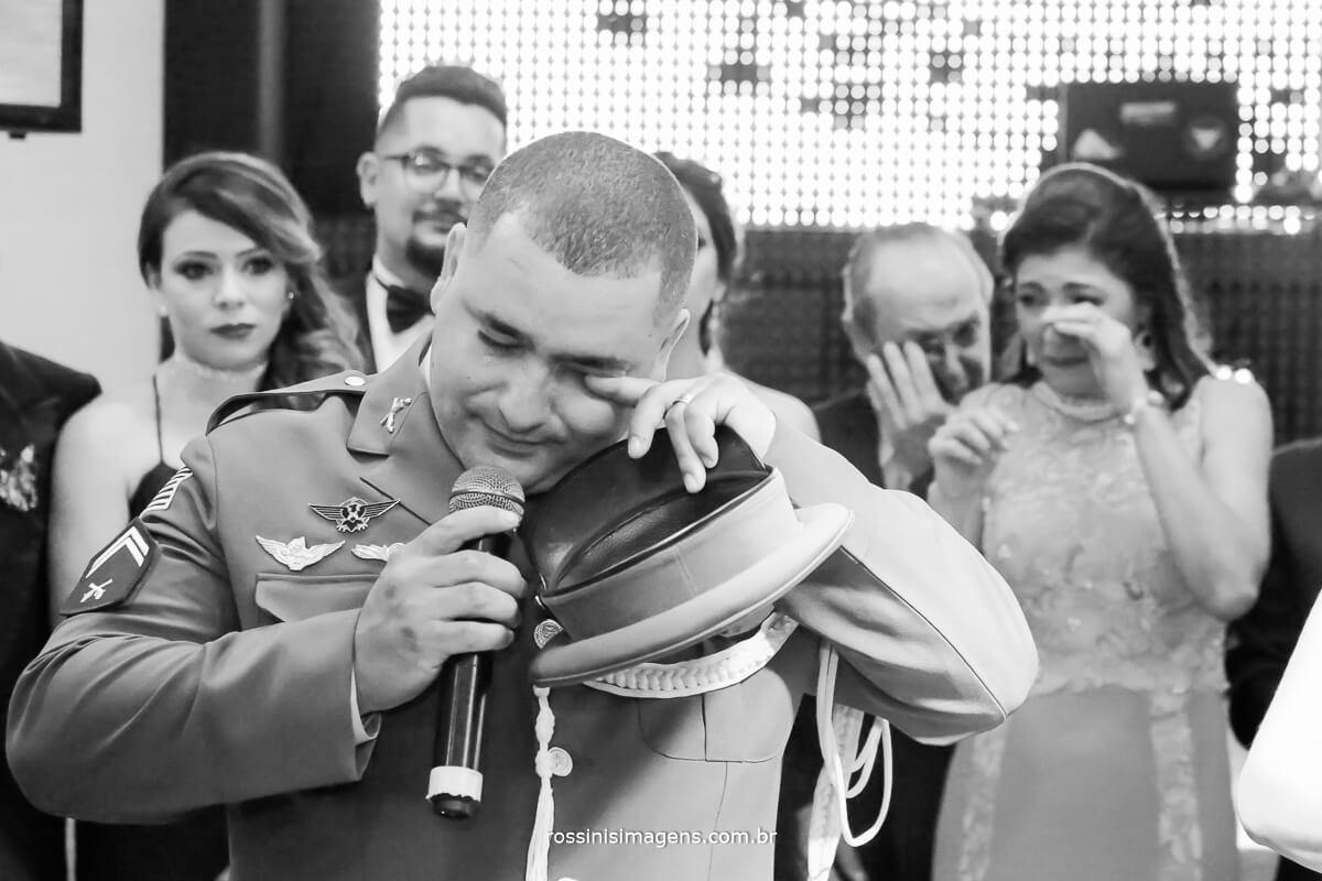 agradecimento dos noivos a todos os presentes nesse dia, noivo emocionado
