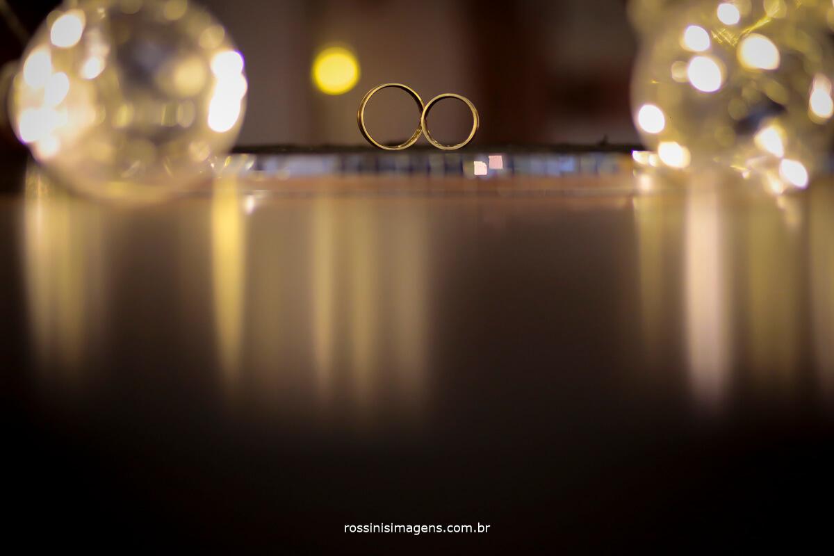fotografia das alianças dos noivos casamento ring gold, wedding day