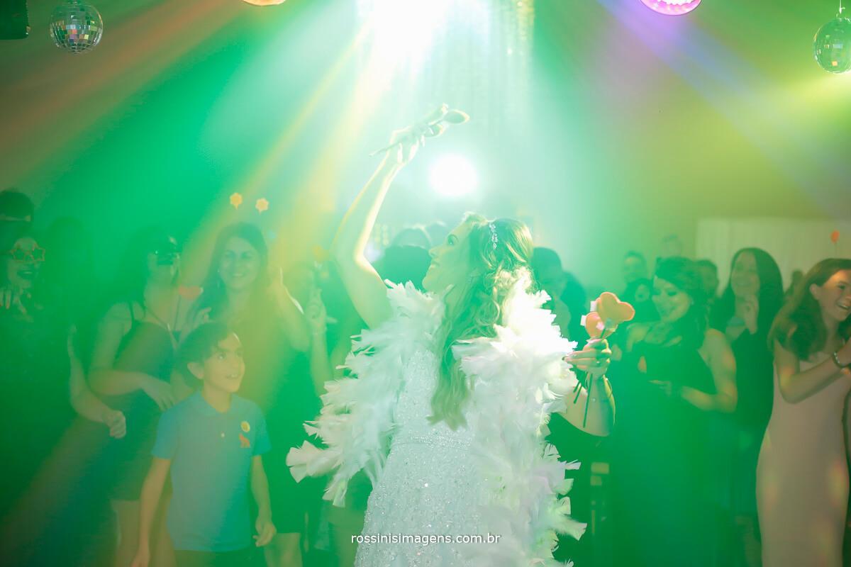noiva jogando o buquê na pista de dança, mulheres solteiras, o próximo casamento. rossinis imagens fotografia e video