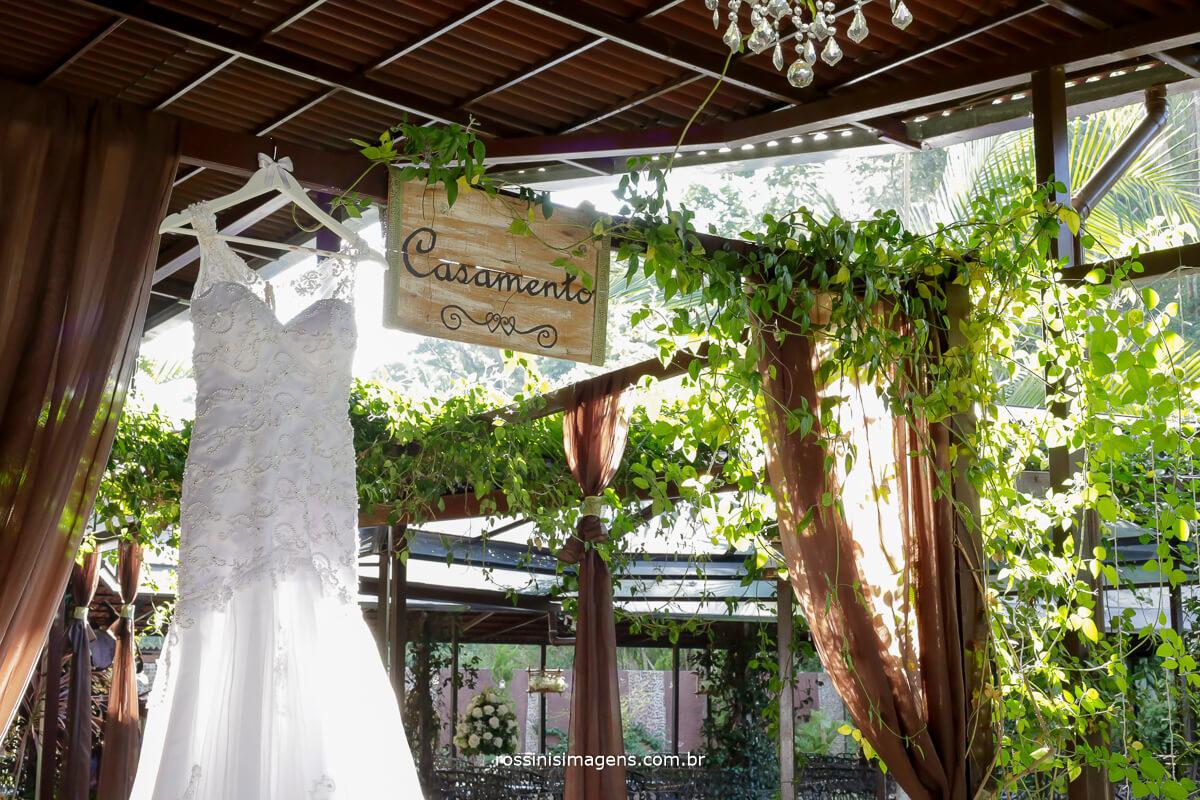 fotografo de casamento em garden fest aruja sp, rossinis imagens fotografia e filmagem, vestido da noiva na área externa do salão