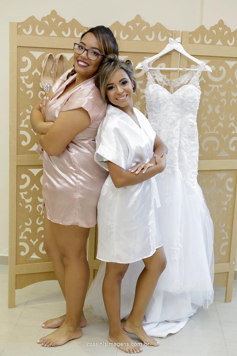 madrinha da noiva e a noiva no making of, wedding day, dia do casamento. photographer, fotografia de casamento em ajura sp, rossinis imagens