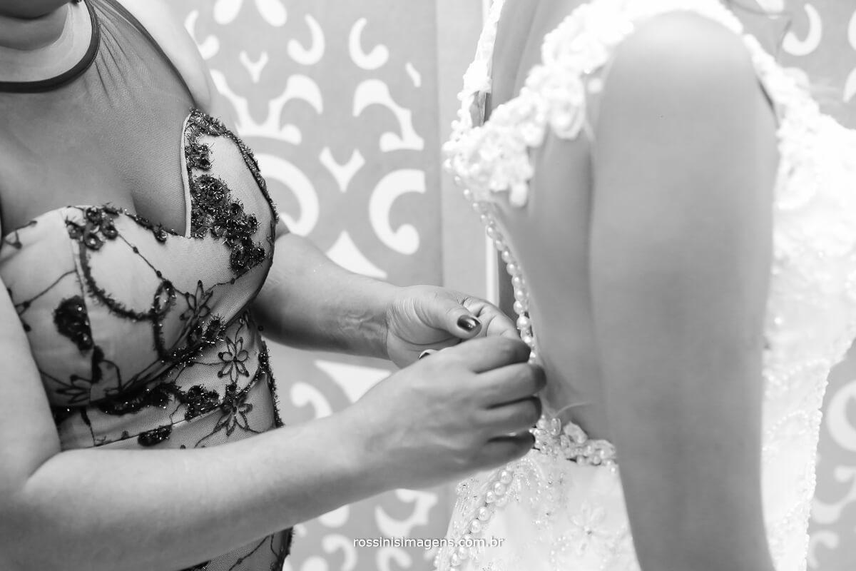 fechando o lindo vestido da noiva gisele para o casamento, fotografia e filmagem de casamento, wedding day, dressed, bride ,