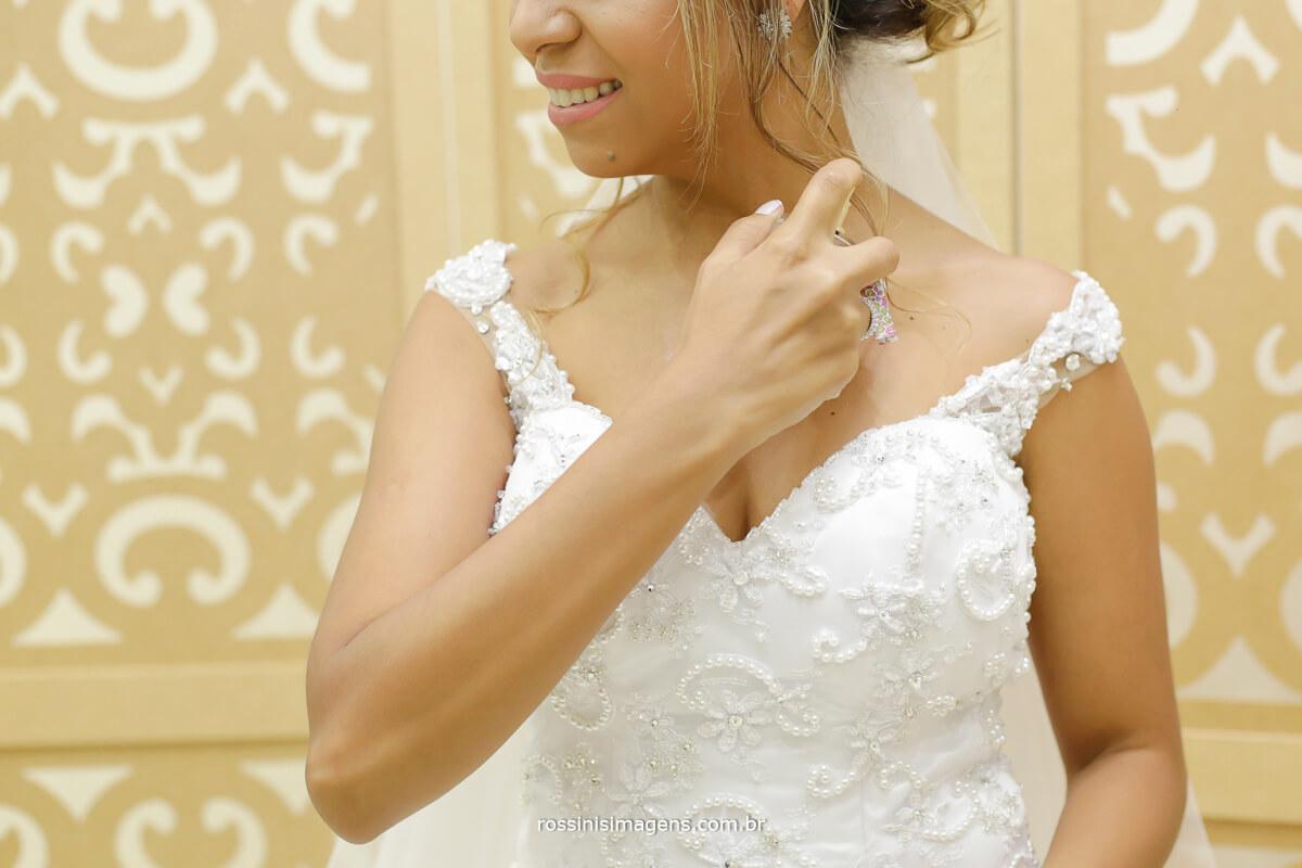 noiva passando perfume no making of , noivos que fazem a diferença, casamento no campo, casamento de noite