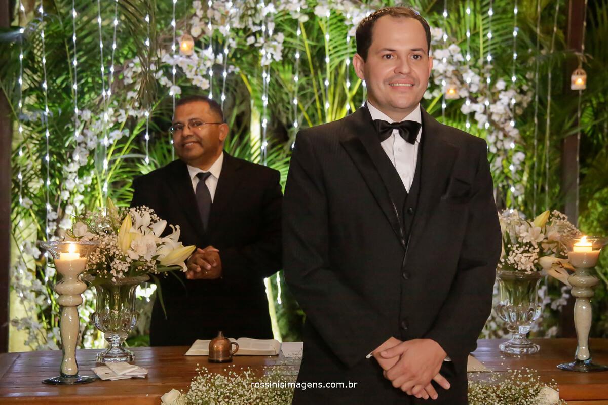 fotografia do noivo no altar a espera da triunfal entrada da noiva, no Garden Fest Arujá