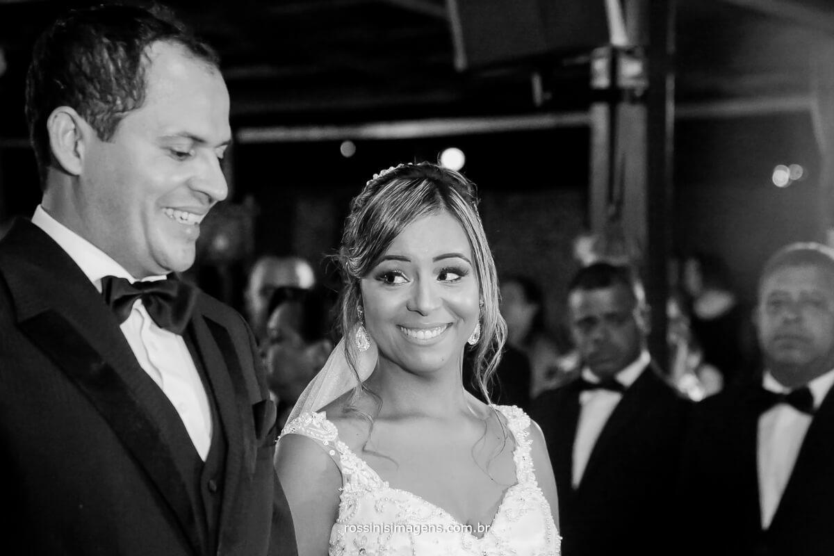 noivos na cerimonia de casamento, gisele e samer , espaço garden fest arujá, rossinis imagens fotografia e filmagem de casamento