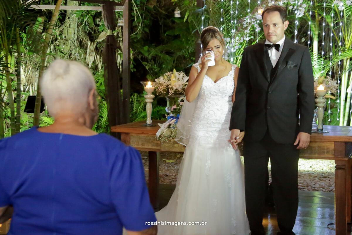 entrada das alianças momento muito emocionante para o casal pois a avó representa muito para eles e ela nesse momento, fotografia e filmagem de casamento rossinis imagens, momentos felizes, viva o momento