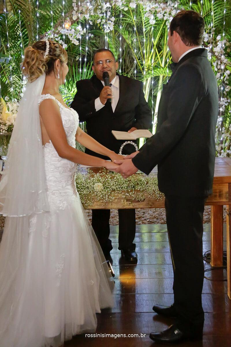 benção das alianças momento muito lindo de entrega um para o outro, cerimonia de casamento de Gisele e Samer em Garden Fest Arujá, por rossinis imagens