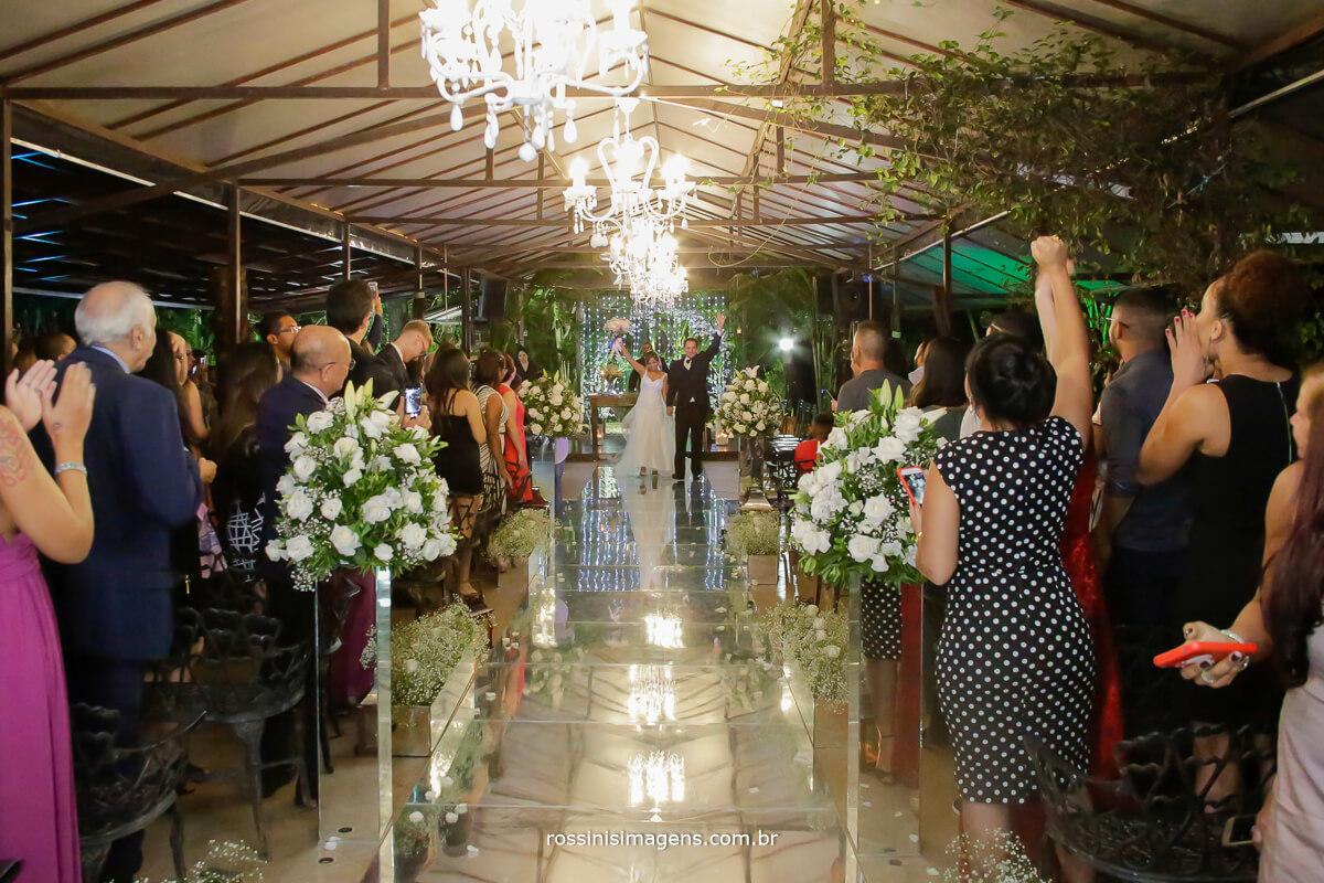 saída dos noivos apos a cerimonia de casamento muito animados e felizes,  sanvit tocando no casamento em arujá, rossinis imagens, fotografia e filmagem, video wedding