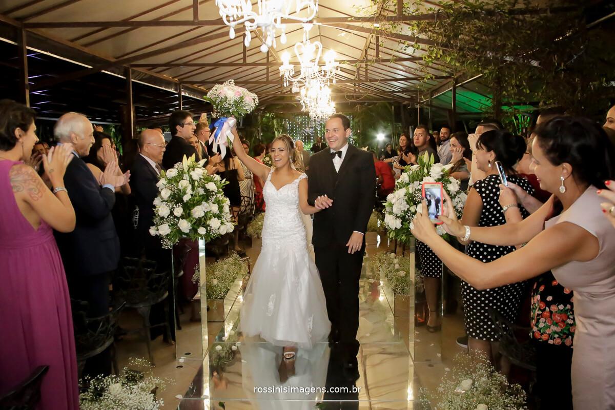 saída dos recém casados Gisele e Samer, em garden fest arujá por rossinis imagens inspiração de casamento, casamento a noite