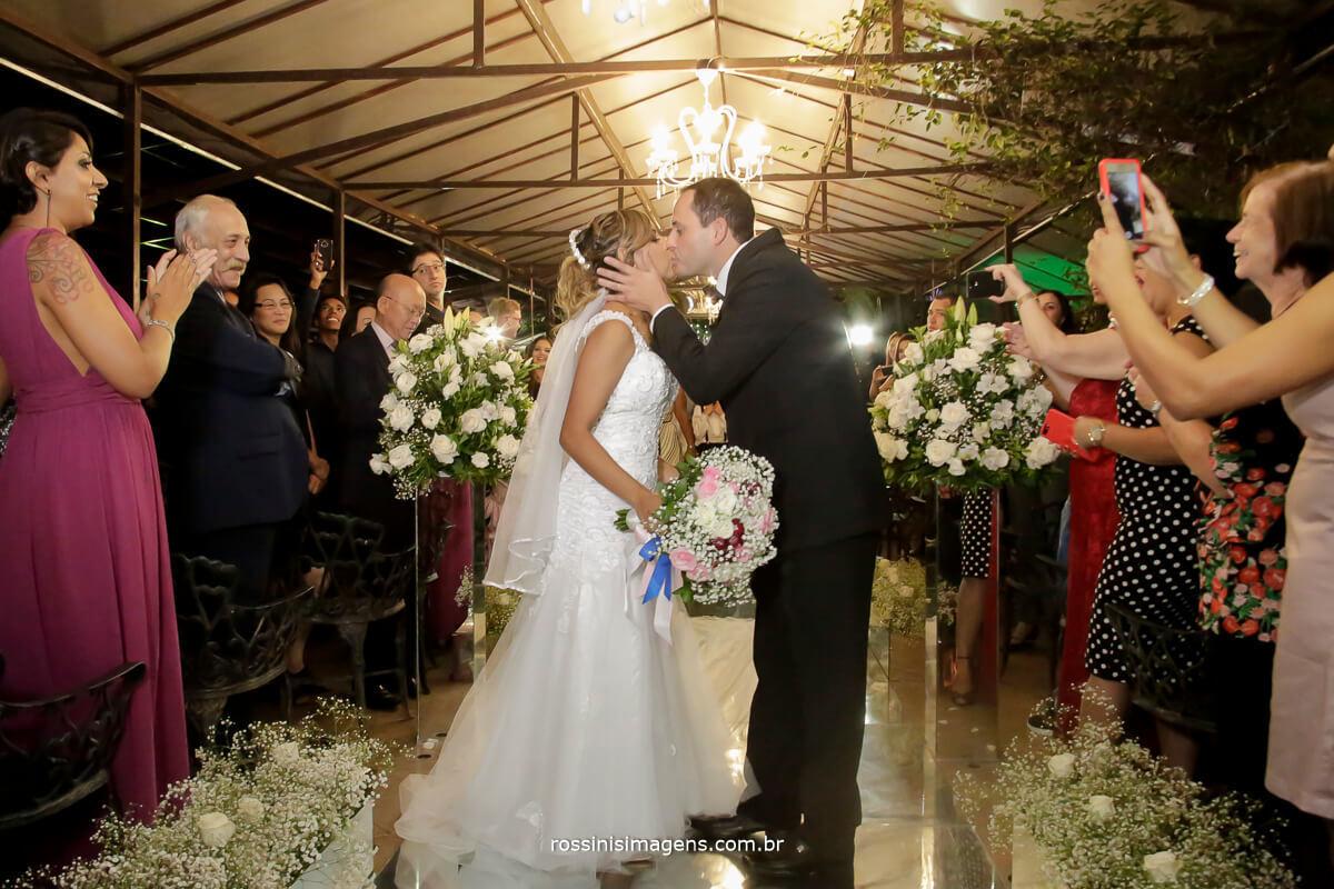 casamento a noite o beijo de casados, gisele e samer beijo no corredor na hora da siada da cerimonia