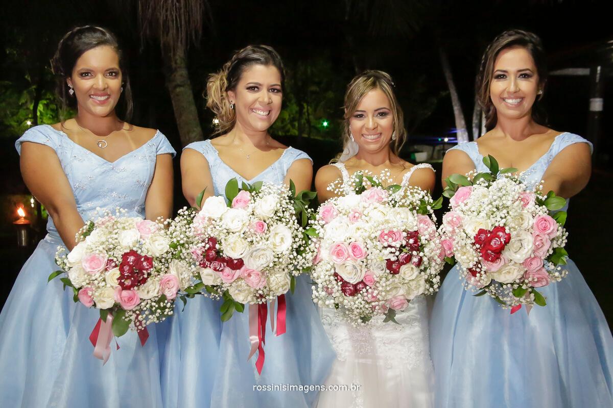 damas com os buquês e a noiva, damas de vestido azul claro
