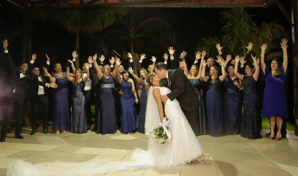 padrinhos e madrinhas com os noivos na foto coletiva, madrinhas de azul royal