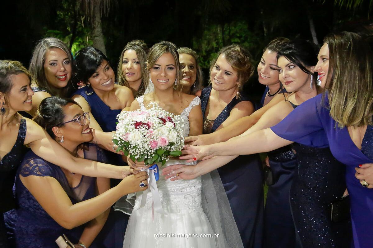 fotografia das madrinhas pegando o buquê da noiva, sessão de fotos do casal com as madrinhas, rossinis imagens em Garden Fest Arujá sp  casamento