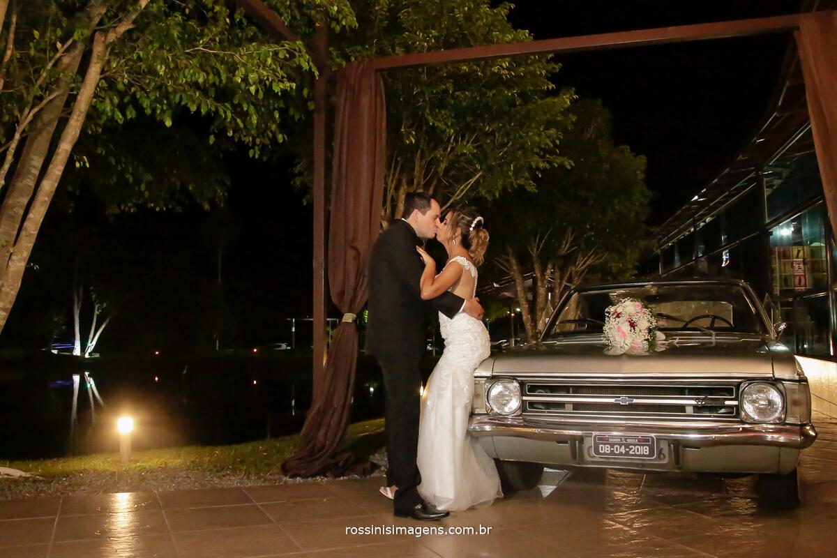 sessão de fotos do casal, em Garden Fest Arujá ao lado se um lindo e belíssimo opala antigo, fotografo de casamento em arujá