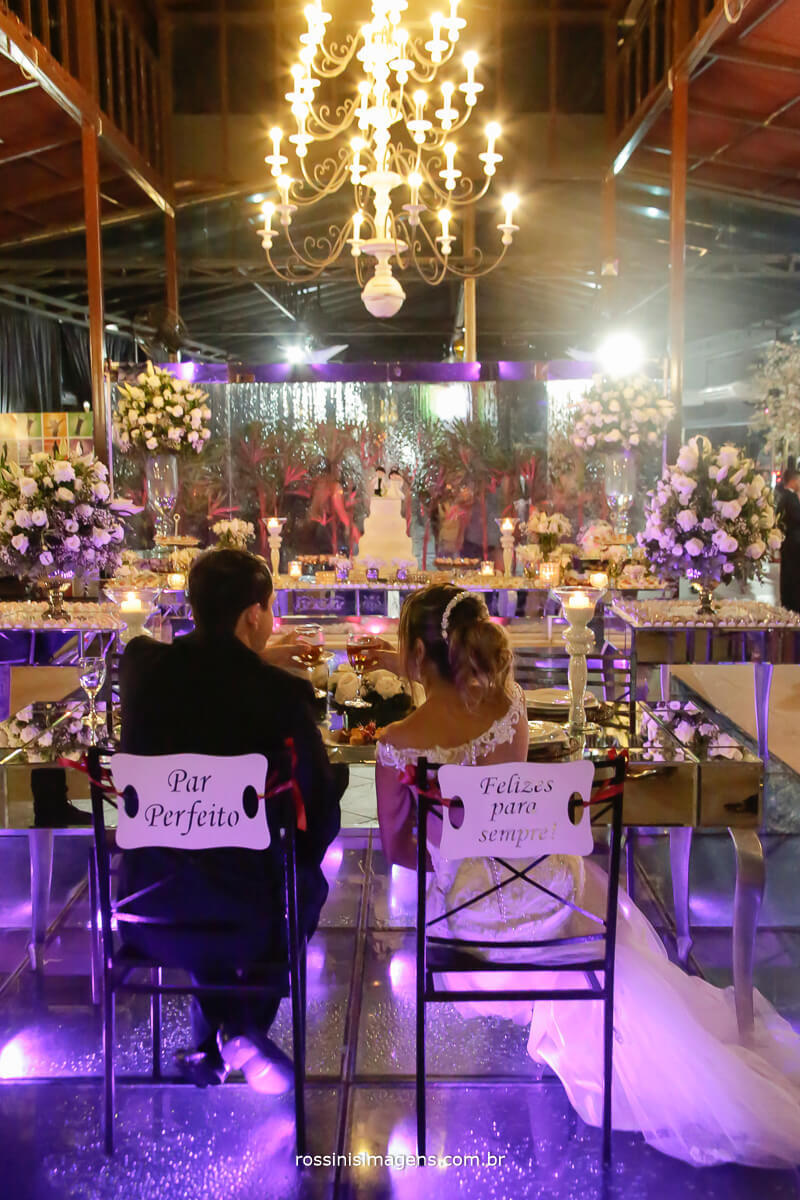 fotografia de casamento rossinis imagens, casal na sentados com plaquinha personalizada para as cadeiras, buffet nomura buffet