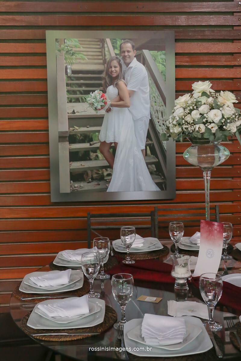 fotografia do painel com a foto dos noivos para recepção dos convidados, quadro, banner, painel, louca,