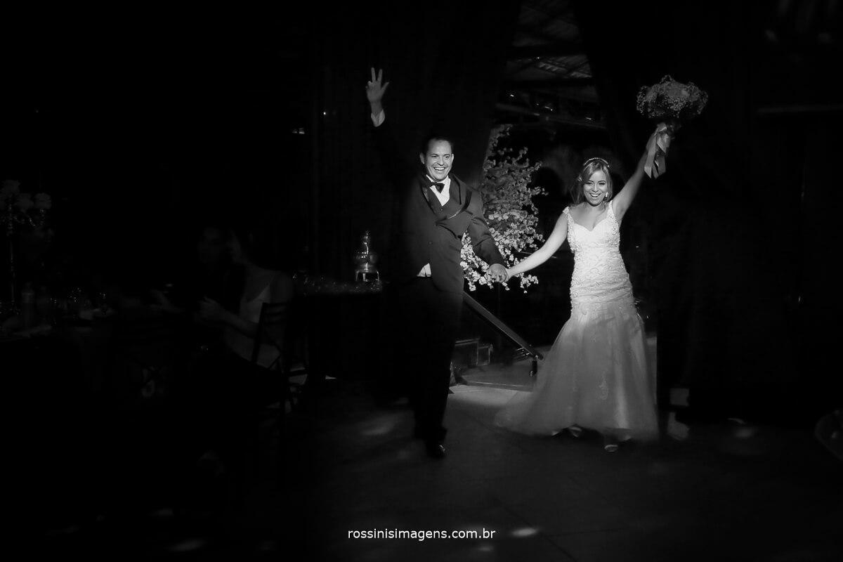 Fotografia do casal comemorando o casamento, noivas no campo, casamento de noite, wedding day, inspiração, bride,