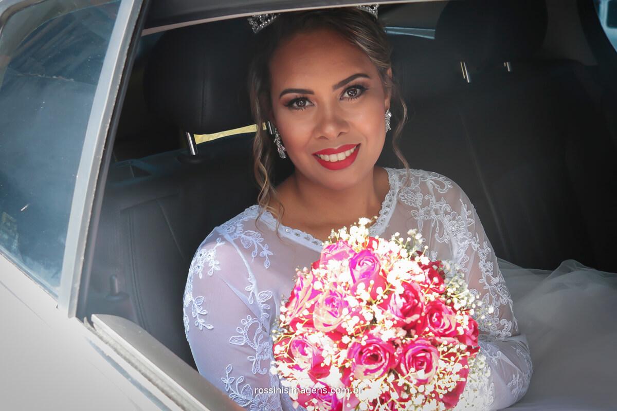 fotografia de noiva no carro pronta para o altar