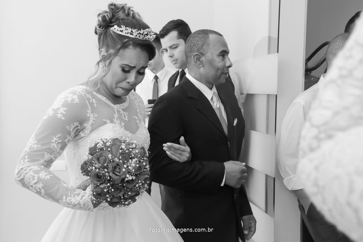 entrada da noiva momento de muita espera e ansiedade, emoção, fotografia de casamento rossini's imagens, rossinis