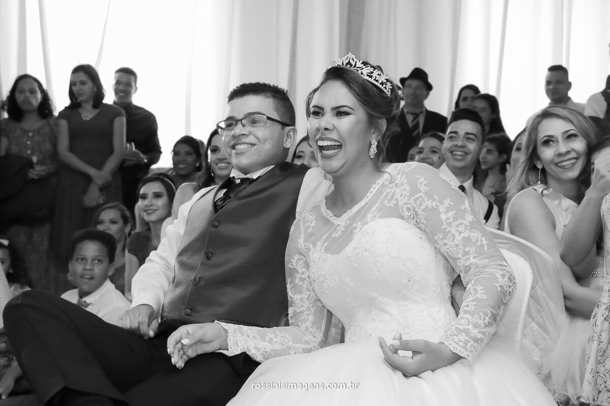 fotografia da reação do casal assistindo a retrospectiva,fotografia de casamento rossini's imagens, rossinis, ferraz, poa, suzano, mogi , aruja, são paulo