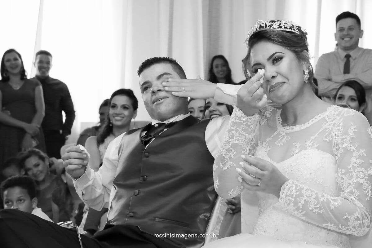 casal emocionado relembrando a historia de amor, fotografia de casamento rossini's imagens, rossinis, ferraz, poa, suzano, mogi, arujá, guarulhos, são paulo