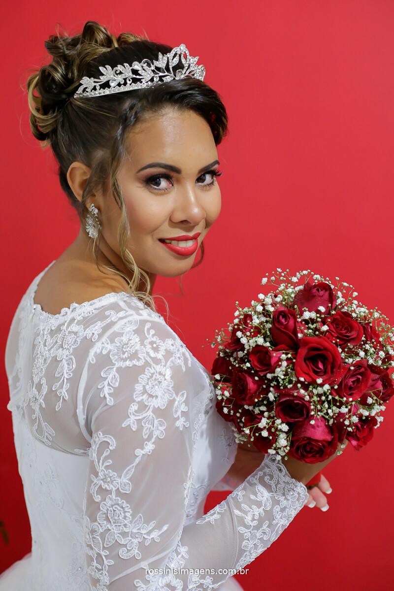 buquê de flores no dia da noiva, making of, noiva de branco flores vermelhas, casamento, bride, wedding day, rossinis imagens, fotografia de casamento