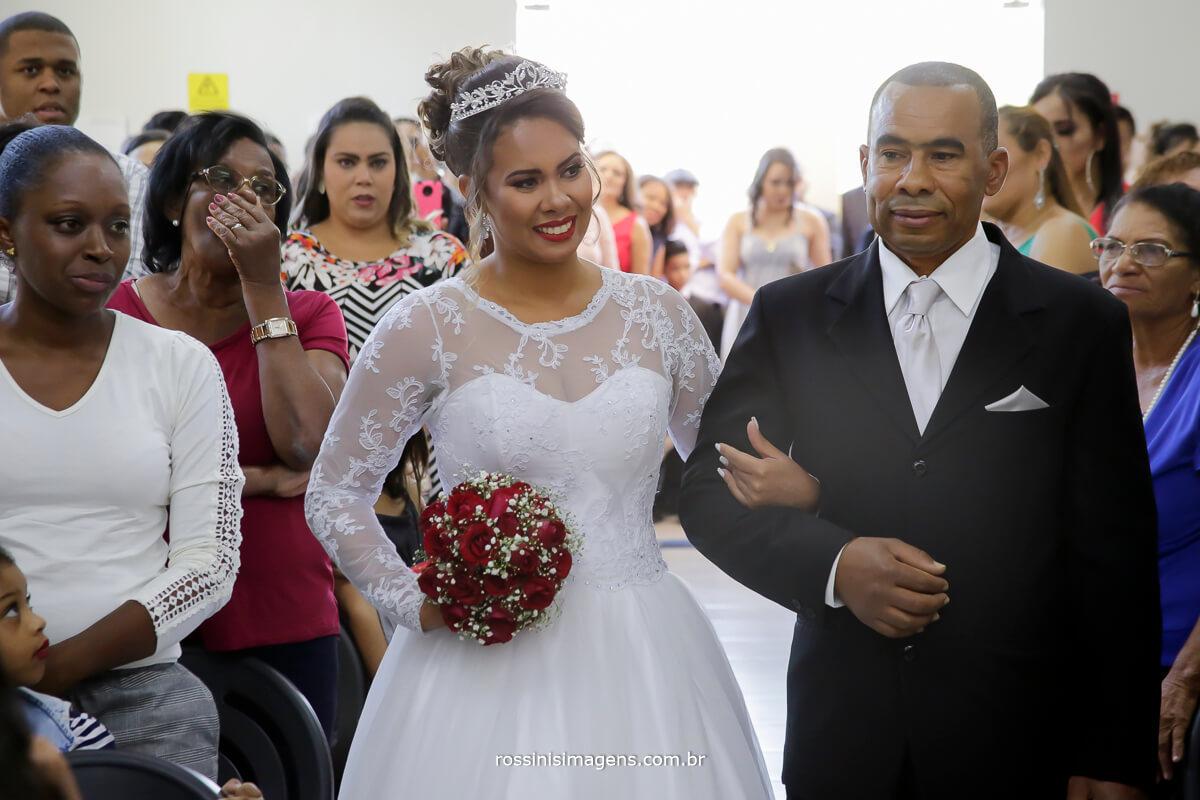 entrada da noiva no altar com seu pai, fotografia de casamento rossinis imagens, suzano, poá, ferraz, mogi, arujá, são paulo, guarulhos