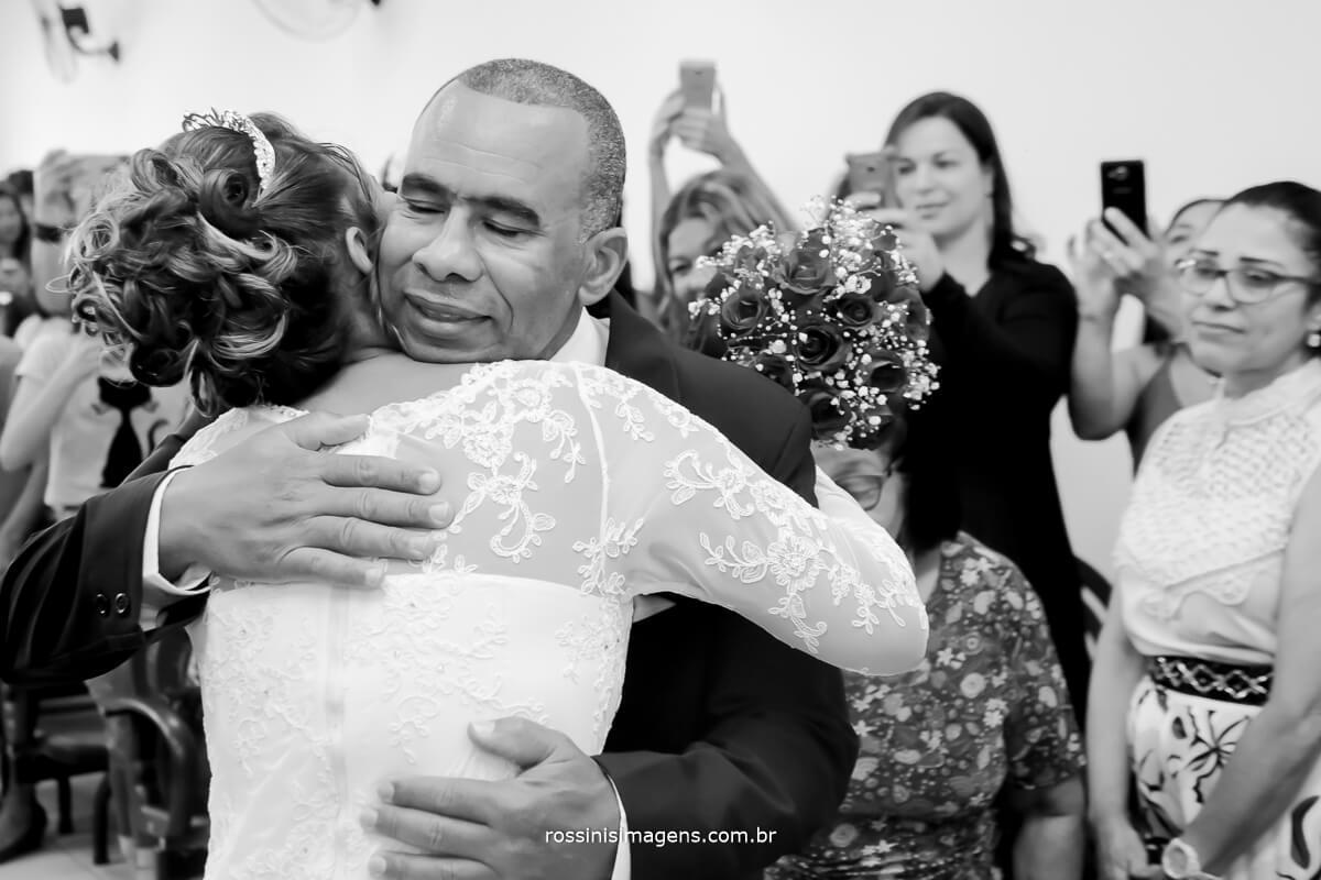 pai e filha, noiva no altar entregue pelo seu pai, fotografia de casamento rossinis imagens, suzano, poá, ferraz, mogi, arujá, são paulo, guarulhos