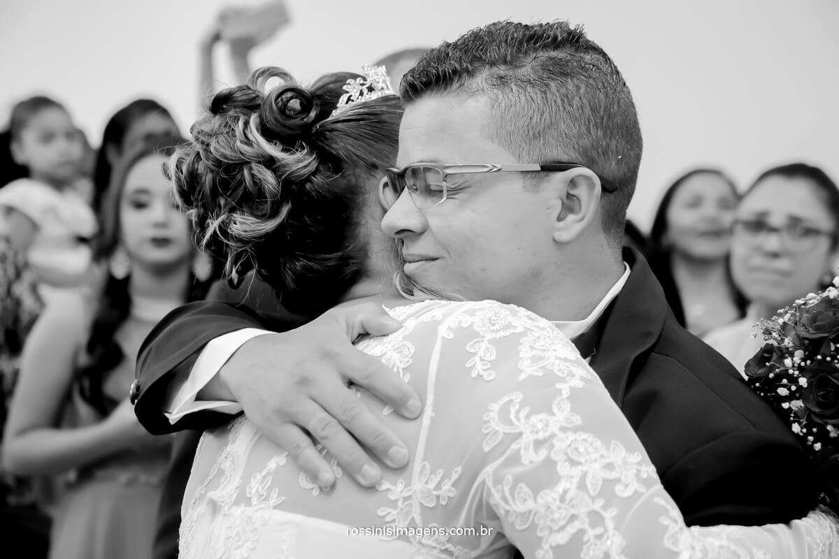 noivo recebendo a noiva no altar, muita alegria e emoção,fotografia de casamento rossinis imagens, suzano, poá, ferraz, mogi, arujá, são paulo, guarulhos