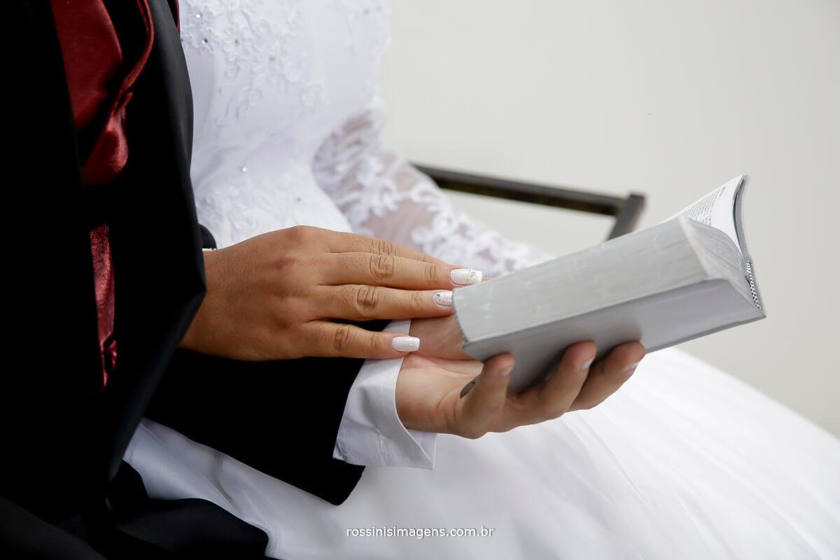 fotografia de casamento noivos no altar em oração, fotografia de casamento rossinis imagens, suzano, poá, ferraz, mogi, arujá, são paulo, guarulhos