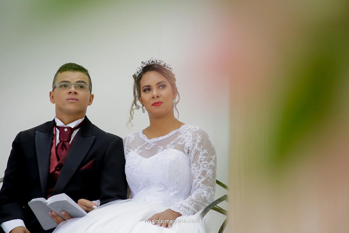 noivos ouvindo a palavra, casamento no salão do reino