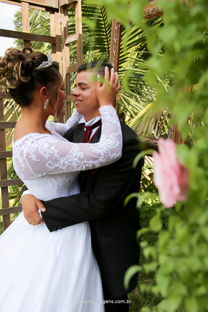 casal apaixonado Arlete e rodrigo enlace matrimonial salão do reino e chácara em Ferraz
