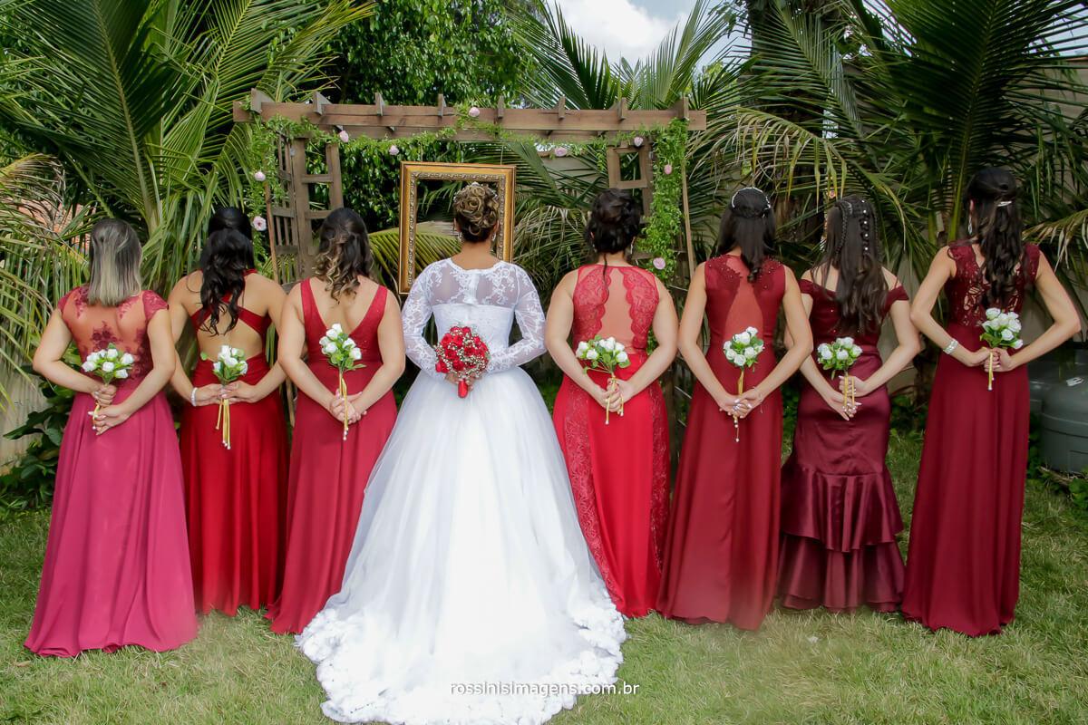 fotografia de casamento noiva e madrinhas com o buquê e o corsage, buquê de mini flores