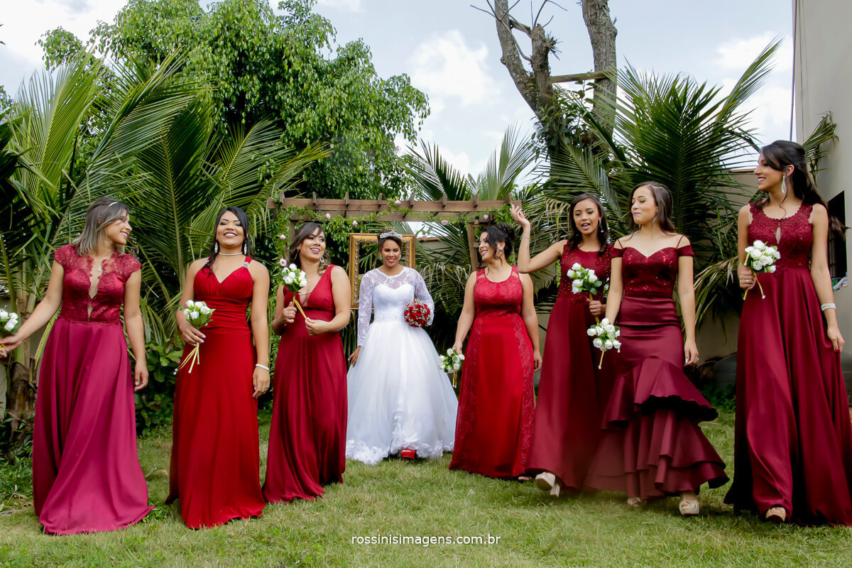 madrinhas de vermelho, madrinhas de marsala, noiva e madrinhas juntas fotografia coletiva de casamento