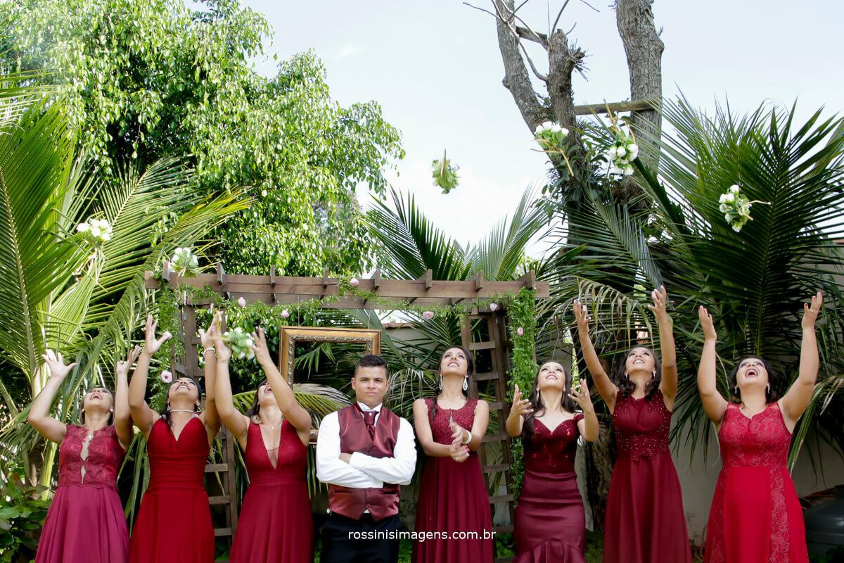 madrinhas de vestidop longo marsala com o noivo e jogando os buquê para o alto, inspiration , decoração, ideias de madrinhas de cor marsala
