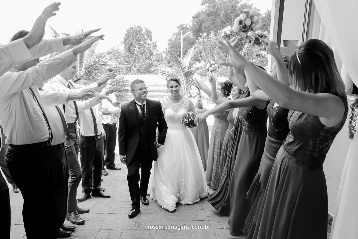 entrada do casal na festa, recepçãop dos padrinho para os noivos muita animação e alegria festa linda, wedding day fotografia de casamento  rossinis imagens