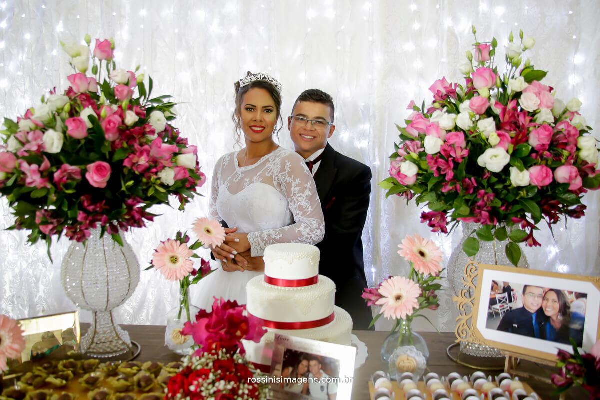 fotografia de casamento, fotos na mesa do bolo, noivo abraçado a noiva, wedding day, bride happy
