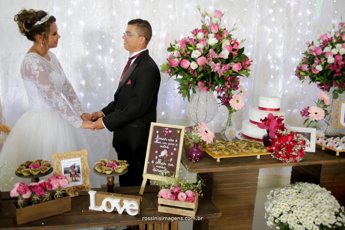 noivos na mesa do bolo cortina de led, chalk board porta retrato, fotos, fotografia, doces, bolo, love, amor, flores