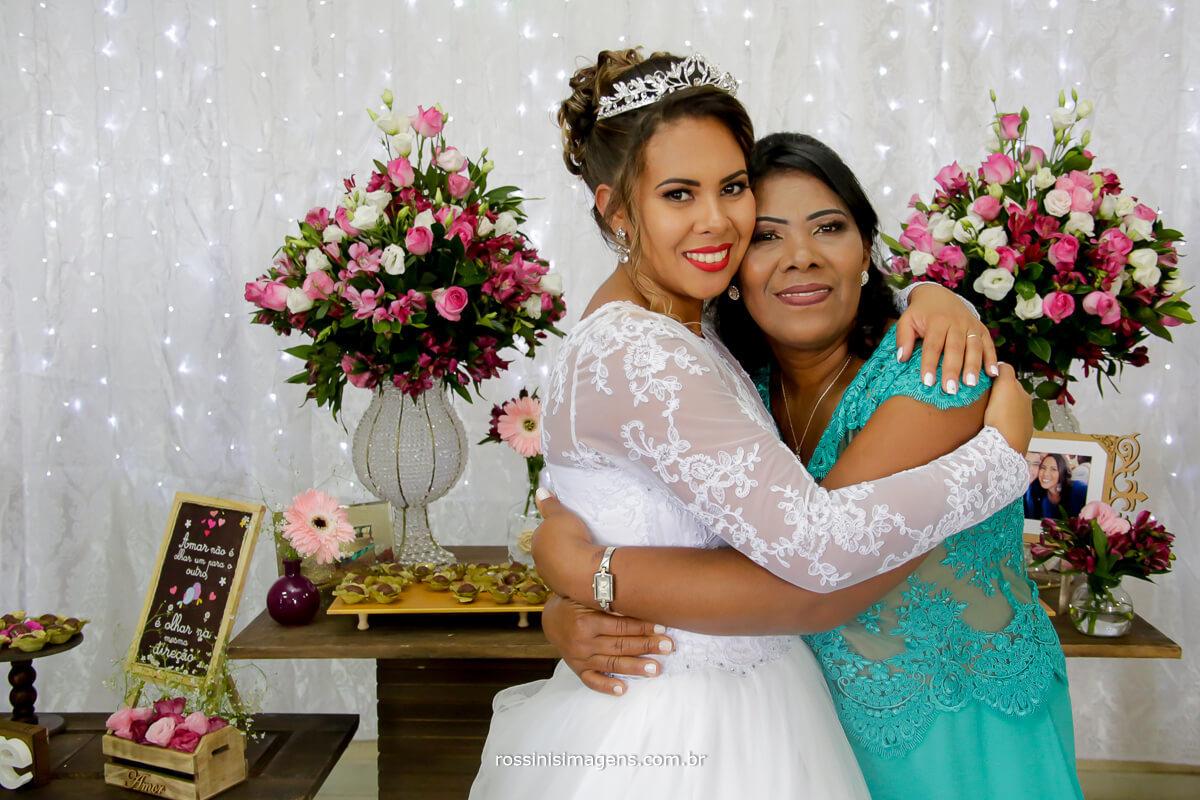 fotografia e video de casamento rossinis imagens, noiva arlete e sua mae juntas na mesa do bolo, dia das maes